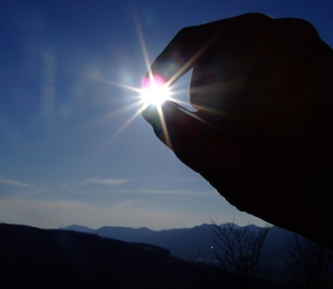 sun-blessing-judaism-finger-hold-3