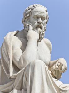 Prim-plan-al-statuii-lui-Socrates