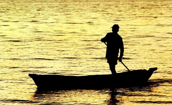 Lake_Malawi_fisherman_sunrise