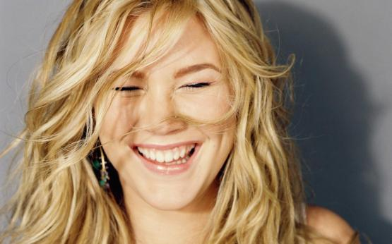 joss_stone_laugh_widescreen_wallpaper_47525