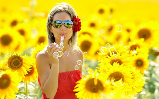 beautiful-girl-with-sun-flowers